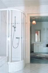 unteres Bad mit Wanne und Dusche